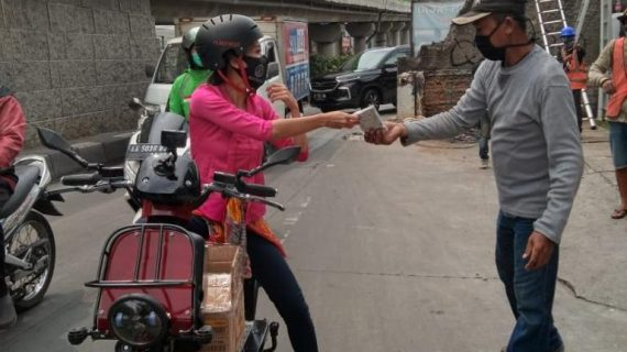 """BLUtizen Morning Action: Srikandi Universitas Budi Luhur Bagi-Bagi Masker dan Kopi, Gandeng UKM Dorong Ekonomi Di Hari Kartini"""