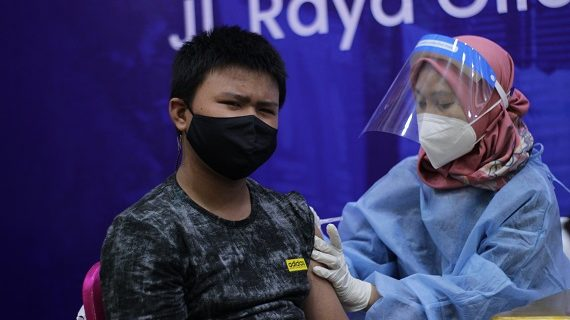 Suka Cita Para Ibu Dampingi Anak Vaksin di Universitas Budi Luhur